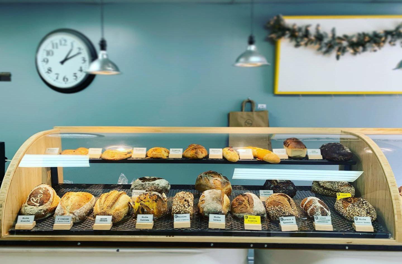 Visuel de la boutique de la boulangerie, comptoir, miches