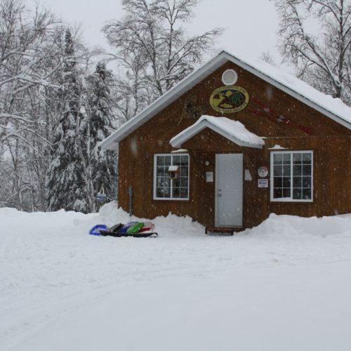 """Chalet d'accueil vue de l""""extérieur en hiver"""