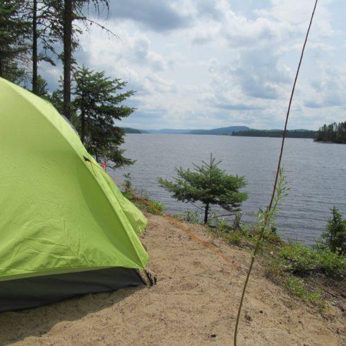 tente camping bord de l'eau réservoir
