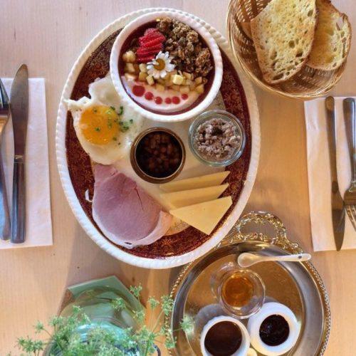 Présentation d'une sélection de plat pour déjeuner