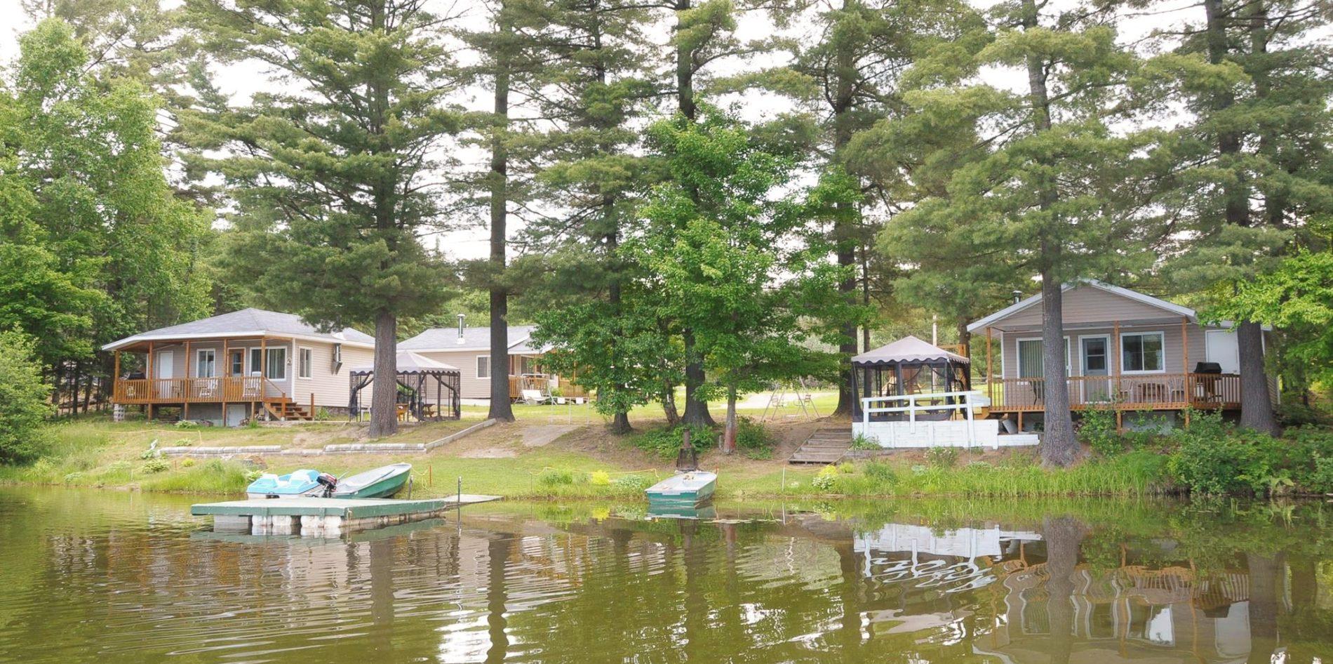 Chalet, bord de l'eau, vue sur le lac, quai
