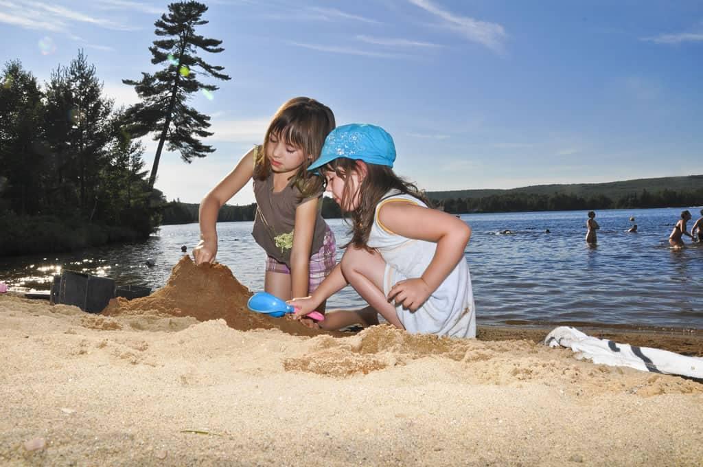 Enfants jouent dans le sable