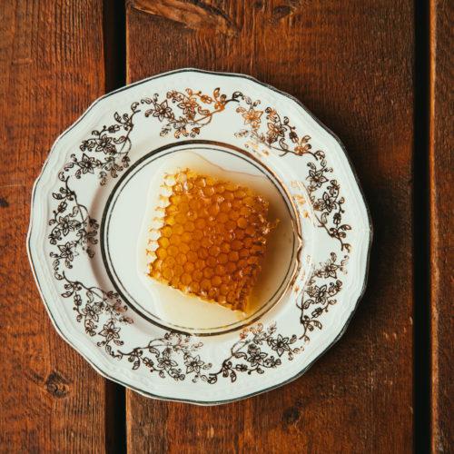 RTayon de miel dans une assiette