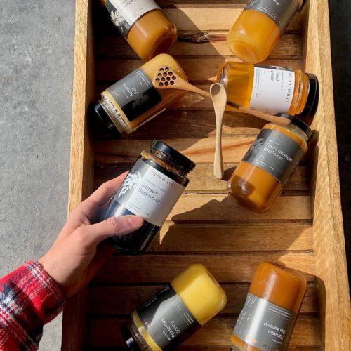 Sélection de miel dans une boîte en bois