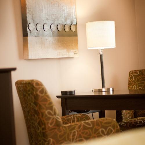 Coin pour relaxer fauteuil et table, hôtel