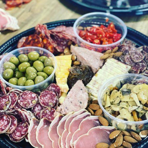 Assiette mixte de bouchées viande, fromage et olives