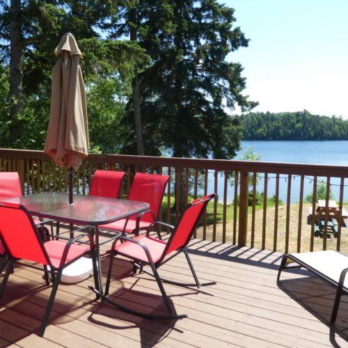 Terrasse, bord de l'eau, vue sur le lac, chalet