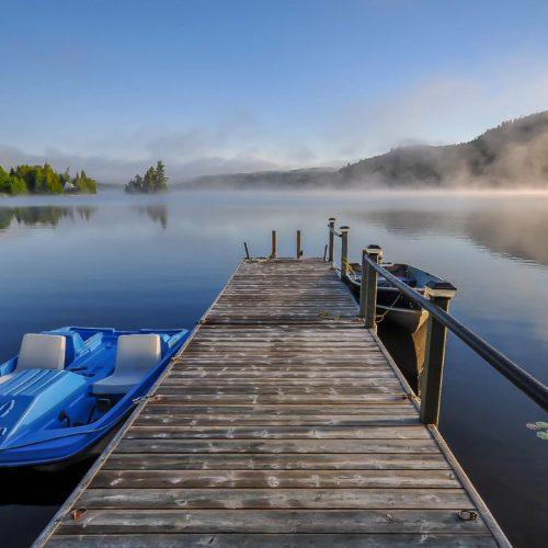 quai, vue sur le lac, bord de l'eau, chalet