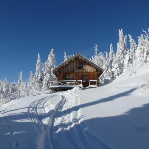 Refuge en montagne extérieur l'hiver