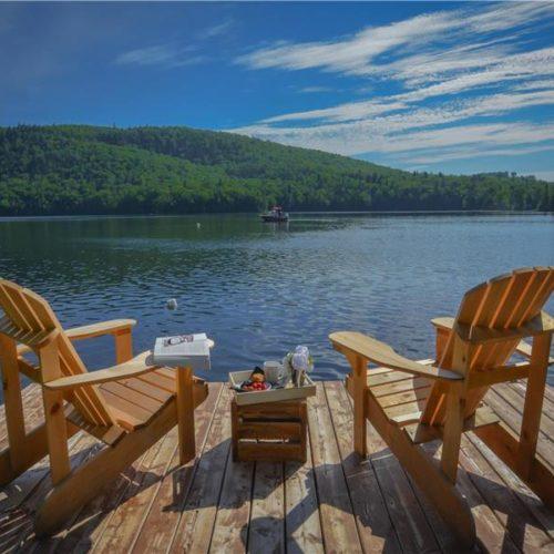 Bord de l'eau, vue sur le lac, quai, chalet