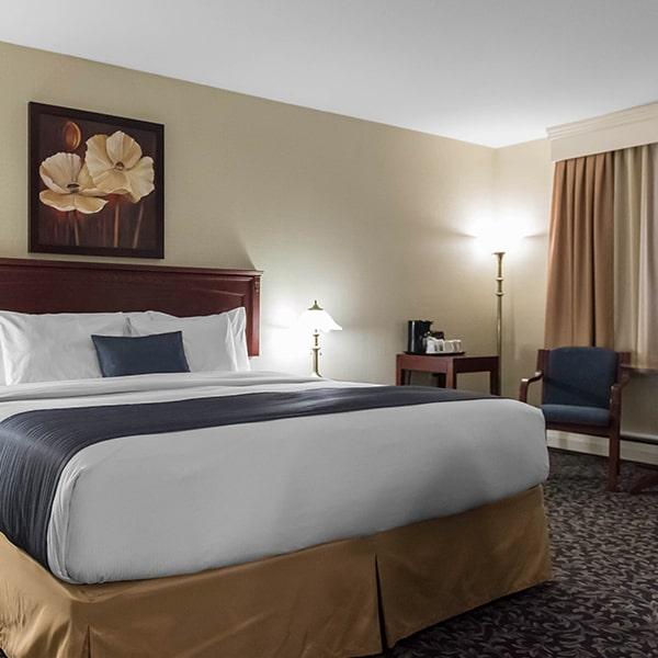 Chambre avec grand lit, hôtel